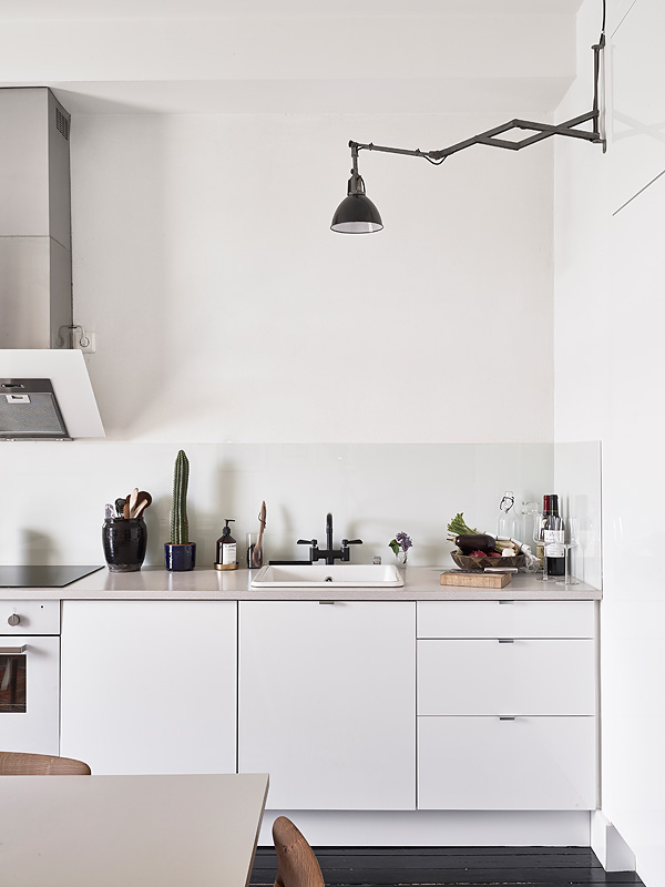 Scandinavian monochrome apartment in Gothenburg, Sweden (5)