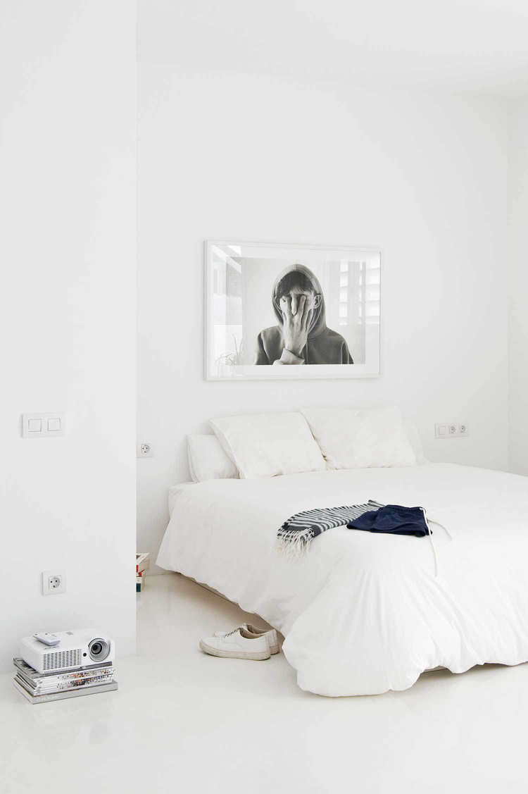 The White Retreat, Seaside White Studio Apartment, Colombo and Serboli Architecture, Barcelona, Spain (10)