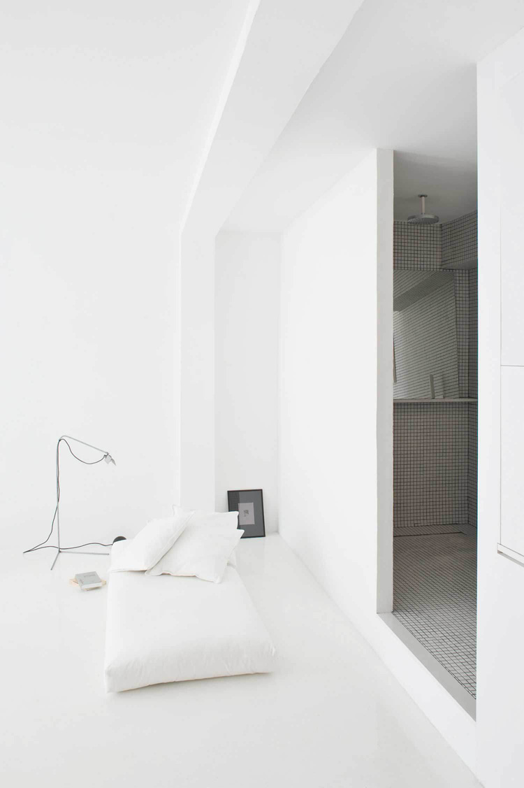 The White Retreat, Seaside White Studio Apartment, Colombo and Serboli Architecture, Barcelona, Spain (4)