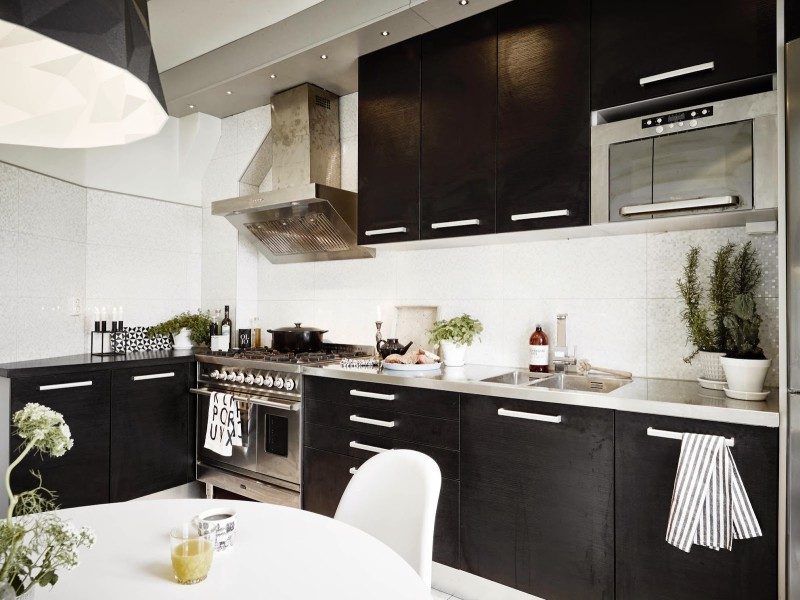 White rooms x Black Kitchen Scandinavian home, Sweden (7)
