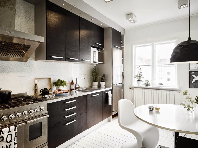 White rooms x Black Kitchen Scandinavian home, Sweden (9)