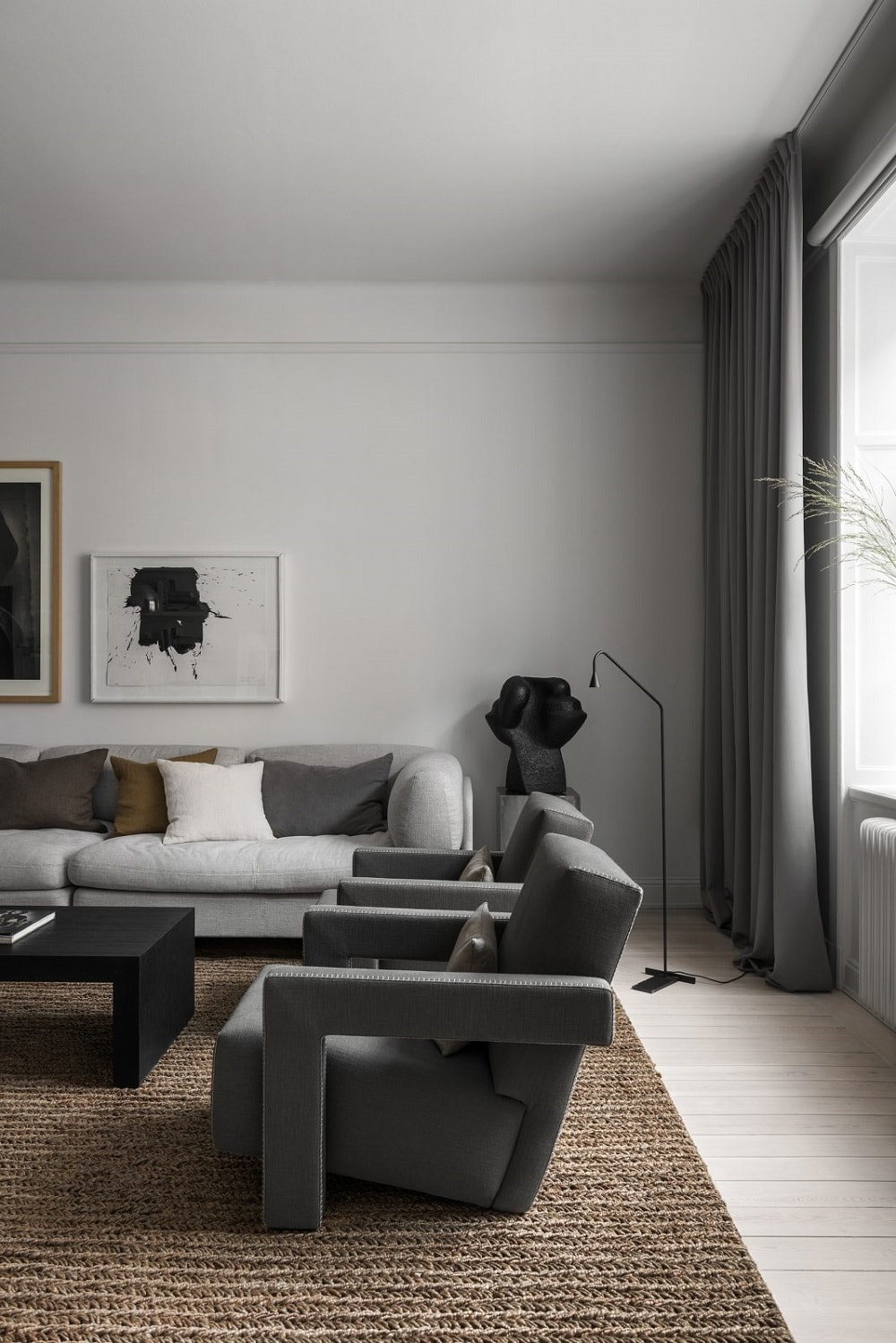 Gerrit Rietveld为Cassina设计的637张乌得勒支扶手椅。 DUX沙发。 Bo Arenander的釉面陶瓷雕塑