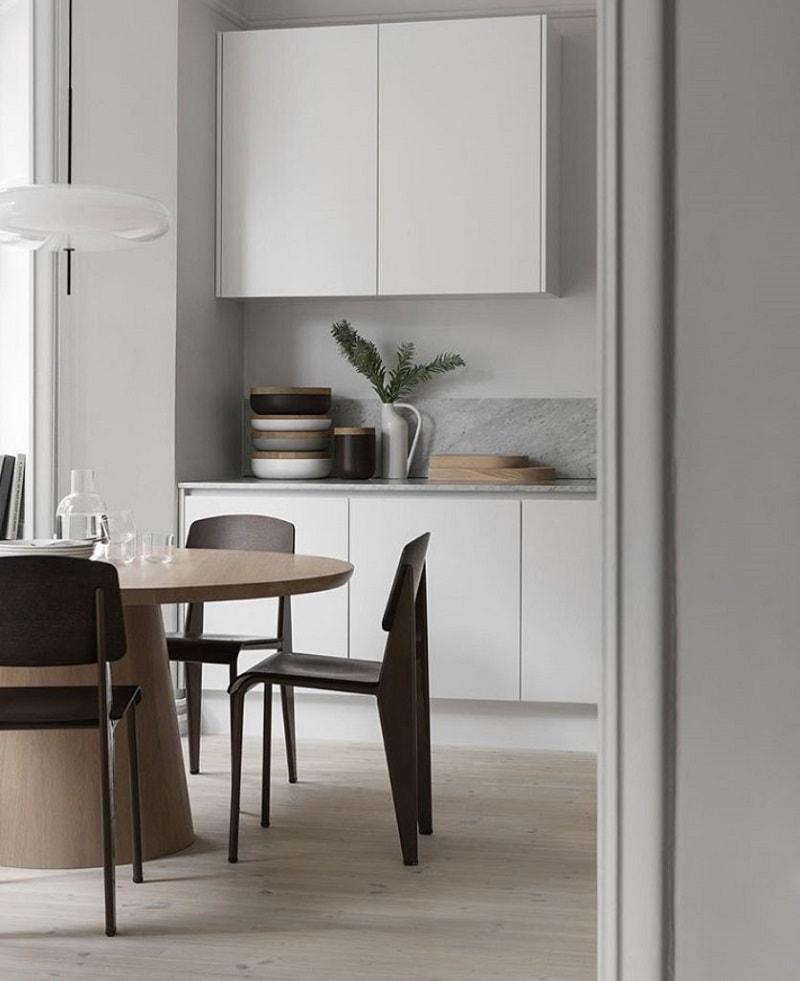 让·普鲁夫(Jean Prouve)的玄武岩和深黑色Vitra标准SP椅子; Gino Sarfatti为Astep设计的2065型吊灯