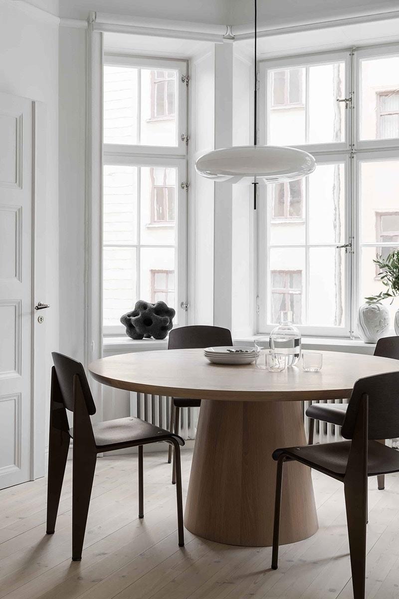 让·普鲁夫(Jean Prouve)的玄武岩和深黑色Vitra标准SP椅子; Gino Sarfatti为Astep设计的2065型吊灯。 Bo Arenander的釉面陶瓷雕塑
